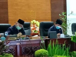 IWakil Ketua DPRD Sumbar H Suwirpen Suib saat memimpin Rapat Paripurna.