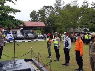 Kapolres Sijunjung, AKBP. Andry Kurniawan, S. Ik, M. Hum, tengah menerima laporan dari peserta apel.