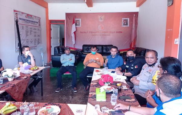 Ketua Bawaslu Kabupaten Sijunjung, Agus Hutrial Tatul (kiri) saat berbincang dengan sejumlah wartawan.