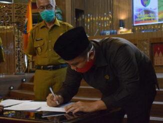 Ketua DPRD Pessel, Ermizen, S.Pd menandatangani Perda APBD Tahun 2021.