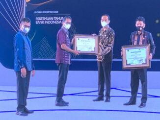Penyerahan penghargaan buat Pemerintah Kabupaten Solok oleh Gubernur Sumbar.
