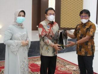Pjs Wako Bukittinggi Zaenuddin menerima cendera mata dari Sekdako Yuen Karnova pada malam perpisahan Jumat lalu.
