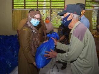 Sekdako Sawahlunto Dr. dr. Ambun Kadri, MKM menyerahkan bantuan paket sembako.