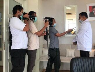 Syahrial Bakhtiar saat diwawancarai wartawan.