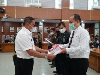 Wako Bukittinggi menyerahkan DIPA 2021.