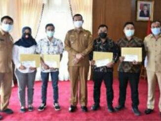 Wali Kota Pariaman Genius Umar menyerahkan hadiah pemenang lomba foto Digital Tabuik.
