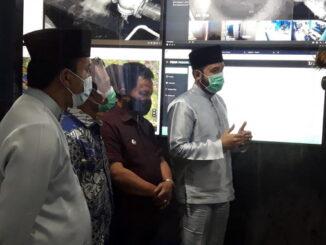 Walikota Fadly Amran, didampingi Wawako Asrul, dan Sekdako, Sony Budaya Putra di ruang monitor PDAM..