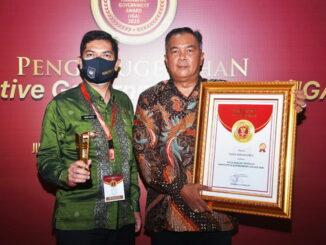 Walikota Sawahlunto dan Kepala Barenlitbangda saat menerima penghargaan IGA 2020.