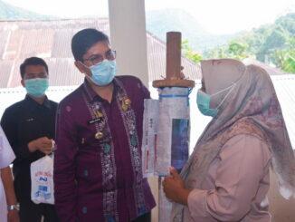 Walikota Sawahlunto memberi bantuan bagi penenun.