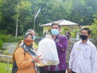 Walikota Sawahlunto menyerahkan bantuan bibit ikan.
