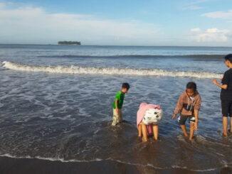 Wisatawan di Pantai Gandoriah.