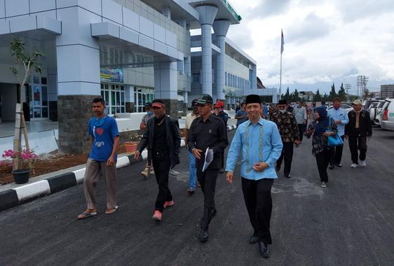 Anggota DPRD Kota Bukittinggi saat meninjau lokasi tanah RSUD Kota Bukittinggi.