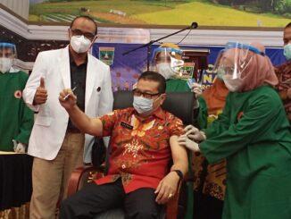 Brigjen TNI Arif Gadjah Mada mendapat giliran pertama untuk divaksin di Sumbar
