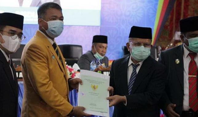 Bupati Ali Mukhni menyerahkan sertifikat tanah kepada Wakil Rektor II UNP.