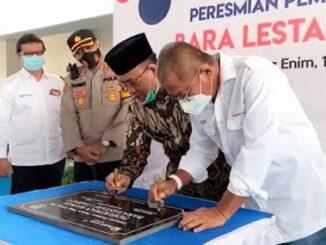 Bupati Juarsah saat menandatangani prasasti peremian gedung International School.