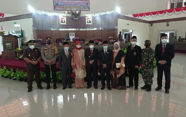 Bupati Sijunjung, Yuswir Arifin bersama dengan Ketua DPRD, Bambang Surya Irwan foto bersama dengan anggota yang baru dilantik Drs. Hamdani Hasnam, M. Si.