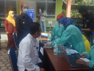 Bupati Yusuf Lubis menyaksikan pelaksanaan vaksinasi.