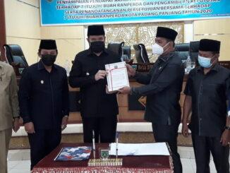 Ketua DPRD Padangpanjang, Mardiansyah, bersama Wakil Ketua Yulius Kaisar dan Imbral. Wako Fadly Amran, Wawako Asrul dan Sekda Sony Budaya Putra.