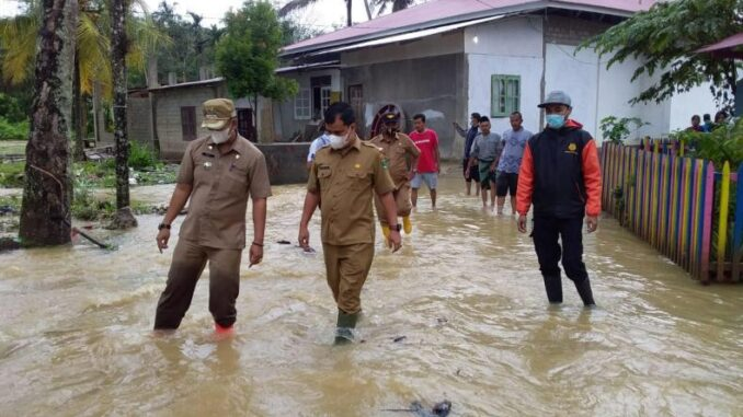 Doni Rahmat Samulo (tengah) bersama Camat Sungai Pagu, Rolly Almar ( Kiri) dan Miftahul Iqbal Maulid (BPBD) saat meninjau banjir di Kampung Tarandam