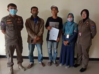 Dua remaja di garuk Pol PP Payakumbuh saat asik menghisap lem.