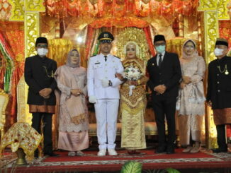 Gubernur Irwan Prayitno bersama kedua pengantin.