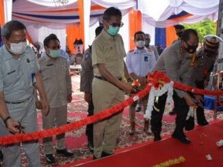 Gubernur Irwan Prayitno memotong pita tanda peresmian kantor Samsat Kota Padang.