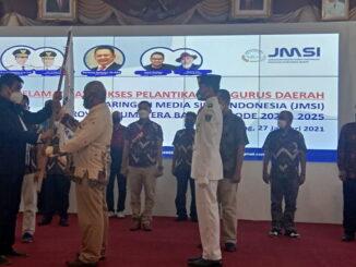 Syarial Aziz menerimabendera JMSI dari Sejen JMSI.