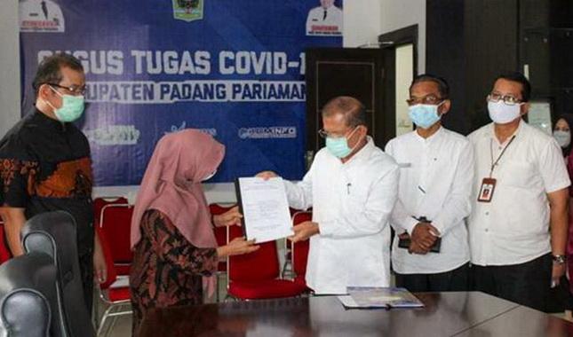 Ir. Syafriyanti, M.M menyerahkan berita acara menyerahkan aset Kementerian PUPR kepada Pemkab Padang Pariaman