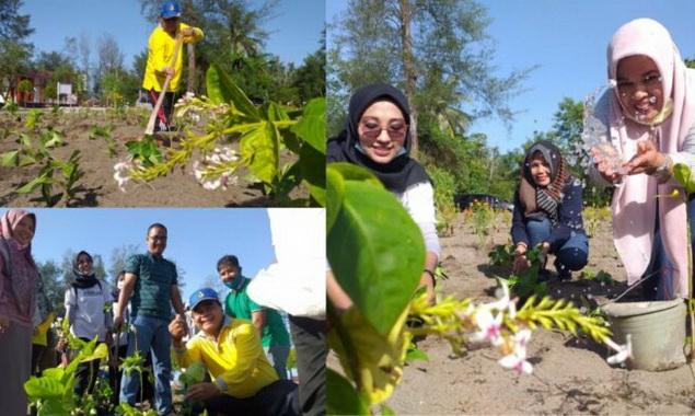 Koleksi bunga di Taman Bunga Pantai Pariaman.