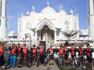 Komunitas sepeda Go Gowes Genre Ranah Minang (3G RM) saat mengelilingi kawasan wisata Tapi Laut di Kota Padang.