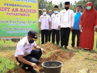 Peletakan batu pertama pembangunan gedung SDIT An-Nadzir oleh Wawako Payakumbuh Erwin Yunaz.