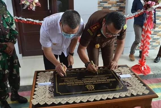 Penandatanganan prasasti pereman gedung asrama Kejaksaan Negeri Pagar Alam.