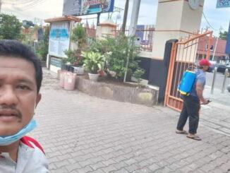 Penyemprotan SMP Negeri I Payakumbhh dengan desinfektan sebelum KBM dimulai.