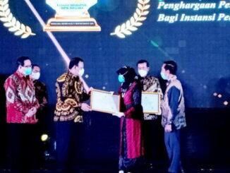 Penyerahan Anugerah Meritokrasi dari Ketua KASN, Agus Pramusinto kepada Kepala BKSDM Bukittinggi, Sustinna, mewakili wali kota selaku pejabat pembina kepegawaian di Hotel Bidakara Jakarta.