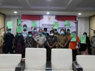 Peserta program PTSL penerina sertifiat tanahnya yang diserahkan Sekdako Bukittinggi.