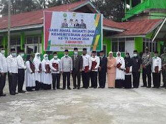 Plt Bupati Tanah Datar Zuldafri Darma bersama ASN Kamenag yang menerima setya Lencana.