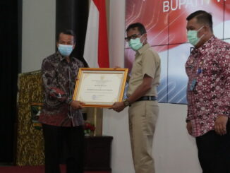 Sekdakab Solok Aswirman menerima penghargaan dari Gubuernu Sumbar.