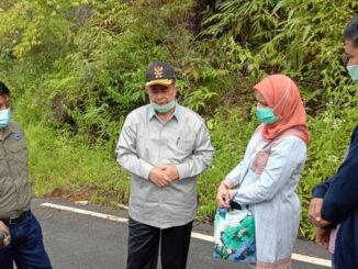 Wagub Nasrul Abit saat mengunjungi jalan di Kab. Solok.