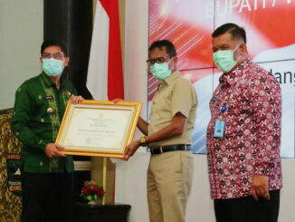 Wako Deri Asta menerima penghargaan Peduli HHAM dari gubernur Irwan Prayitno.