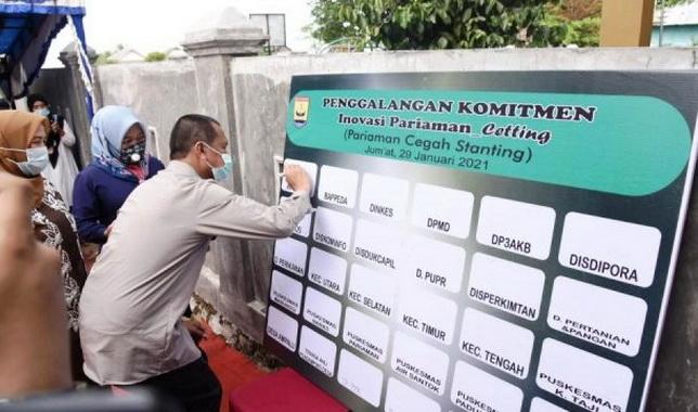 Wako Genius Umar sat menandatangani poster komitmen.