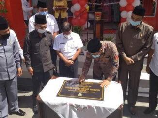 Wako Ramlan menandatangani prasasti peresmian kantor lurah Pakan Kurai disaksikan ketua DPRD Herman Syofyan.
