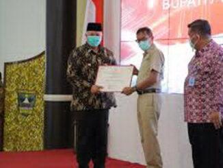 Wako Zul Elfian menerima penghargaan dari Gubernur Irwan Prayitno.