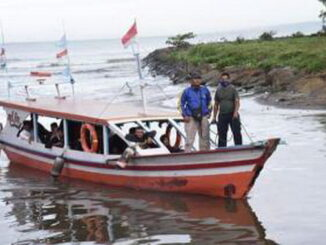 Wistawan yang kembali dari Pulau Angso Duo.