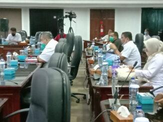 Anggota DPRD Simbar sat mengikuti Rapat Paripurna tindak lanjut LHP BPK Kepatuhan atas Penanganan Covid Tahun 2020