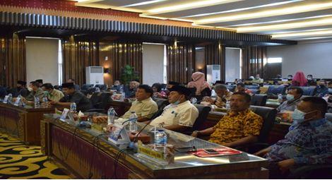 Anggota DPRD Kabupaten Pesisir Selatan sedang mengikuti Rapat Paripurna.