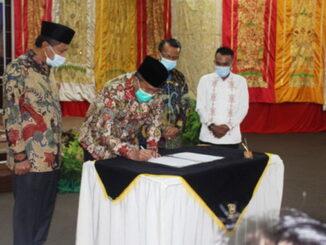 Bupati Gusmal menandatangani berita acra serahterima jabatan.