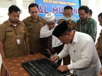 Bupati Padang Pariaman Ali Mukhni menandatangani prasasti peresmian nama Al Mughni sebagai nama Masjid Raya Padang Pariaman.