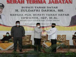 Bupati Tanah Datar Zuldafri Darma menyerahkan memori serah terima kepada Sekda Tanah Datar yang menjabat sebagai Plh Bupati.