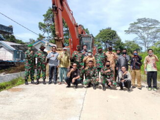 Foto bersama Dandim 0319/Mentawai, Letkol Czi, Bagus Mardyanto bersama Tim Pra TMMD ke- 110, di salah satu unit kerja excavator.