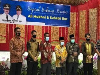 Ali Mukhni (empat dari kiri) dan Suatri Bur (tiga dari kanan) berfose usai menerima ucapan perpisahan, di hall Saiyo Sakato Pariaman, Senin (15/2). (Foto: Humas)